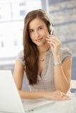 Operador sonriente del centro de atención telefónica Imágenes de archivo libres de regalías