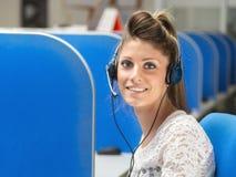 Operador sonriente en centro de atención telefónica Imagen de archivo