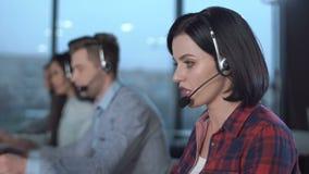 Operadores de centro de atendimento no trabalho video estoque