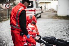 Operadores de la emergencia en la acción Fotografía de archivo libre de regalías
