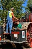 Operadores del motor de vapor en una demostración de la granja Imagen de archivo libre de regalías