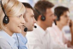 Operadores del servicio de atención al cliente en una fila Fotos de archivo