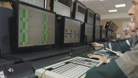 Operadores en Grey Uniform Work en los ordenadores modernos metrajes