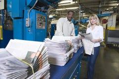 Operadores que trabalham na fábrica do jornal fotografia de stock