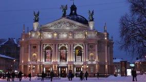 Operahuis in Lviv in de nacht stock videobeelden