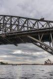 Operahuis van onder Havenbrug wordt gezien, Sydney Australia dat Stock Afbeeldingen