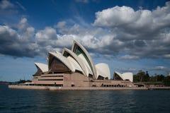 Operahus i blåttsky. royaltyfria bilder