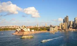 Operahus och staden, gränsmärke av Sydney Fotografering för Bildbyråer