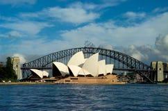 Operahus och Sydney Harbor Bridge royaltyfri bild