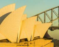 Operahuset seglar och brosoluppgång Arkivfoton