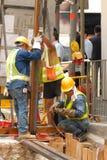 Operai al livello della via Fotografia Stock Libera da Diritti