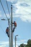 Operai che installano i cavi elettrici Fotografia Stock Libera da Diritti