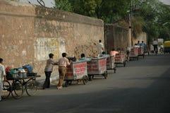 Operai del carrello di acqua sul loro modo funzionare Fotografia Stock Libera da Diritti