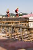 Operai di costruzione al luogo - verticale Fotografia Stock