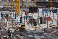 Operai di costruzione che installano i blocchi per grafici della cassaforma Fotografia Stock