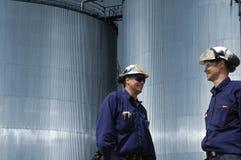 Operai e serbatoi del combustibile Fotografia Stock