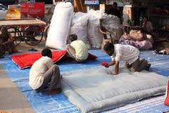Operai indiani che fabbricano i coverlets. Immagini Stock