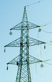 Operai sul pilone elettrico Immagine Stock