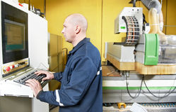 Operaio al workshop di fabbricazione della mobilia Immagini Stock