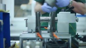 Operaio che inserisce la billetta del metallo nella macchina Tornio di funzionamento dell'uomo archivi video