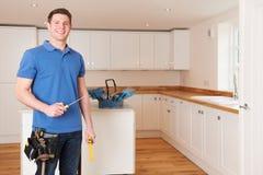 Operaio che installa bella cucina misura fotografia stock