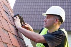 Operaio che ricopre i tetti con lastre d'ardesia, coprente lavoro Fotografia Stock