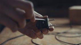 Operaio che ripara spina, presa, spina di adattatore con un cacciavite Fotografia Stock Libera da Diritti