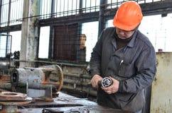 Operaio che utilizza smerigliatrice nell'officina fotografia stock libera da diritti