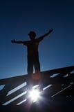 Operaio in cima al tetto che accoglie favorevolmente la mattina Immagini Stock Libere da Diritti
