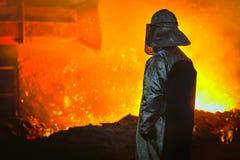 Operaio con acciaio caldo Fotografie Stock