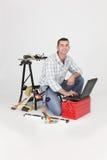 Operaio con gli strumenti su priorità bassa bianca Fotografie Stock