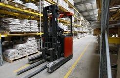 Operaio con il carrello elevatore in magazzino di legno immagine stock libera da diritti