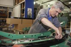 Operaio del pavimento della fabbrica Fotografie Stock