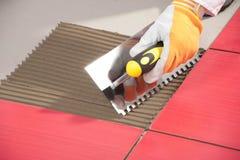 Operaio dell'adesivo delle mattonelle Fotografia Stock Libera da Diritti