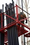 Operaio dell'olio sull'impalcatura Immagini Stock Libere da Diritti
