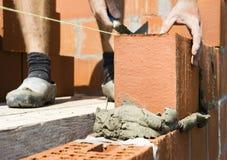 Operaio di costruzione che costruisce una parete Fotografia Stock Libera da Diritti