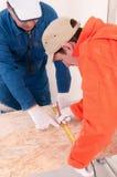 Operaio di costruzione che fa misurazione fotografia stock libera da diritti