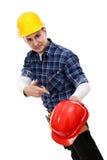Operaio di costruzione che indica ad un elmetto protettivo immagine stock libera da diritti