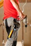 Operaio di costruzione con il trivello di mano fotografia stock libera da diritti