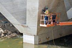 Operaio di costruzione del ponticello Fotografie Stock