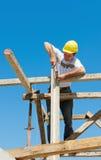 Operaio di costruzione sull'impalcatura Fotografia Stock Libera da Diritti