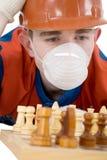 Operaio e scacchi Immagine Stock