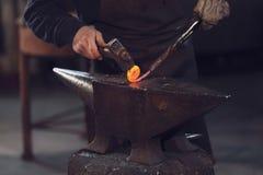 Operaio metallurgico che forma una bobina con metallo caldo immagine stock libera da diritti