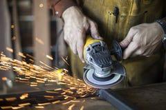 Operaio metallurgico con la smerigliatrice Fotografia Stock Libera da Diritti