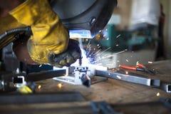 Operaio metallurgico con la smerigliatrice Immagine Stock