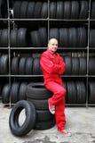 Operaio motivato in un garage Fotografia Stock