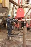 Operaio nel pavimento dell'impianto di perforazione Immagini Stock Libere da Diritti