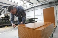 Operaio nella fabbrica della mobilia Immagini Stock Libere da Diritti