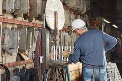 Operaio nella fabbrica di metallurgia fotografie stock
