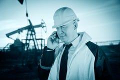 Operaio in un giacimento di petrolio Fotografie Stock